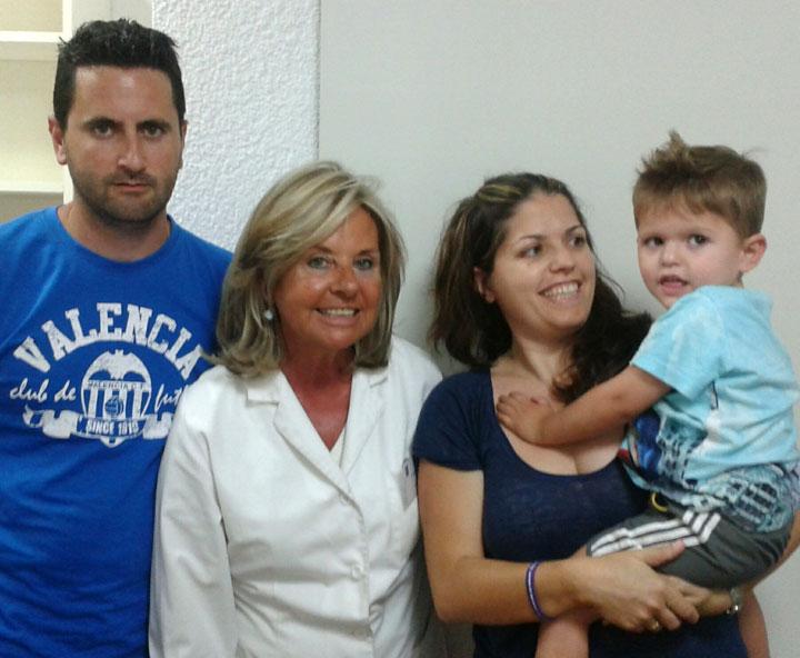 El pequeño Raúl, sus padres y la directora de los centros Ortofón, Mª Teresa Estellés
