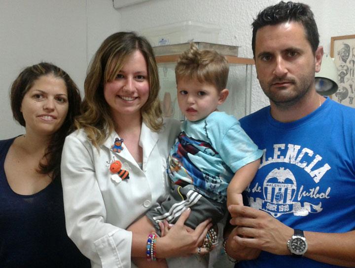 Raúl en brazos de Mónica Tarazona, logopeda de Ortofón responsable de la evolución del pequeño